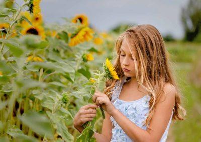 Mädchen im Sonnenblumenfeld