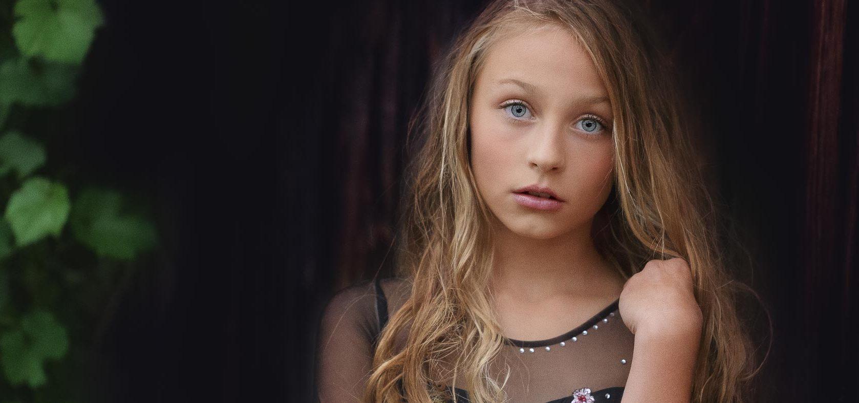 Verträumt im Regen, Anke Benen Photography, Kinderfotografie, das besondere Fotoshooting, magische Momente, Mädchen, Fotografie