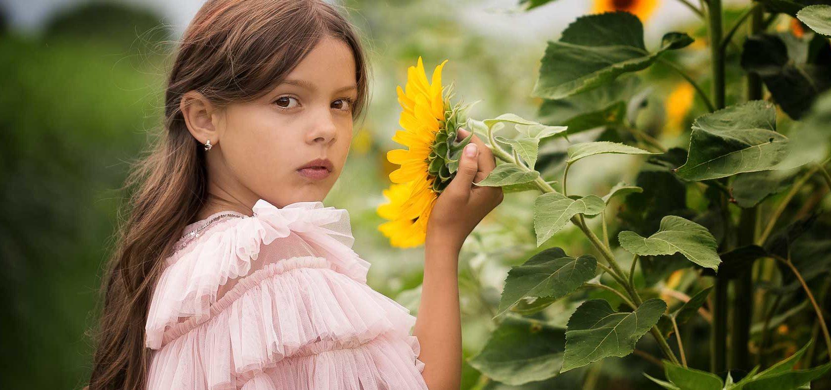 Mädchen im Sonnenblumenfeld, Anke Benen Photography, Kinderfotografie, das besondere Fotoshooting, magische Momente, Mädchen, Fotografie