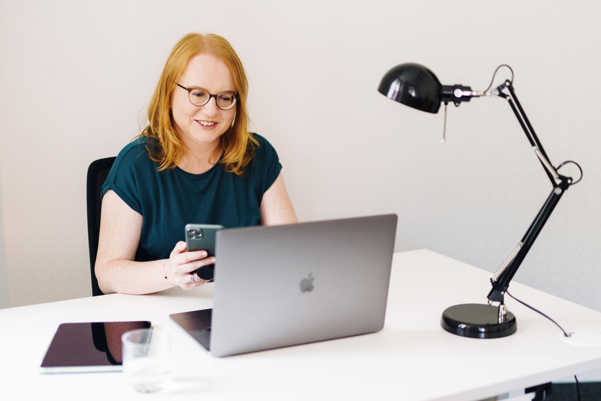 Anke am Schreibtisch